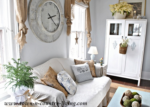 Country Decorating Style in a Farmhouse Family Room - Live .
