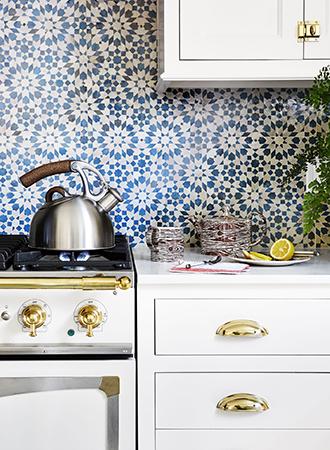 blue and white kitchen backsplash