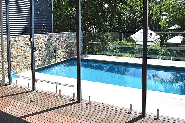 Outdoor summer decor ideas glass wall