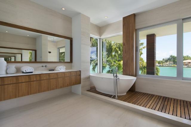 Master bath with tub