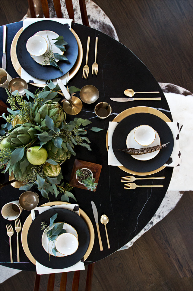 Table decoration in black and gold