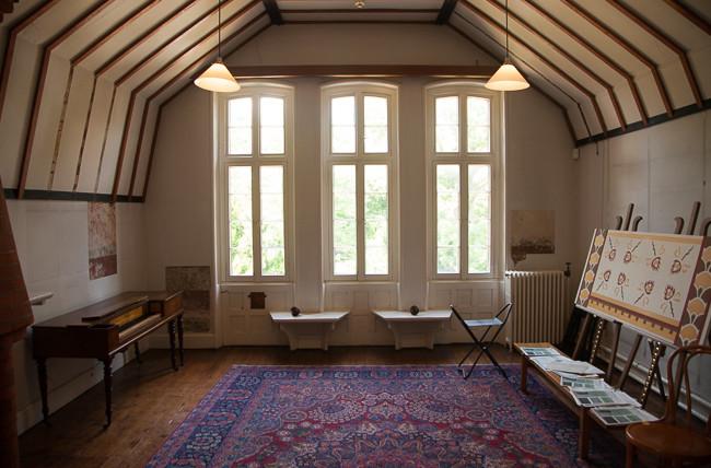 purple carpet seating area design