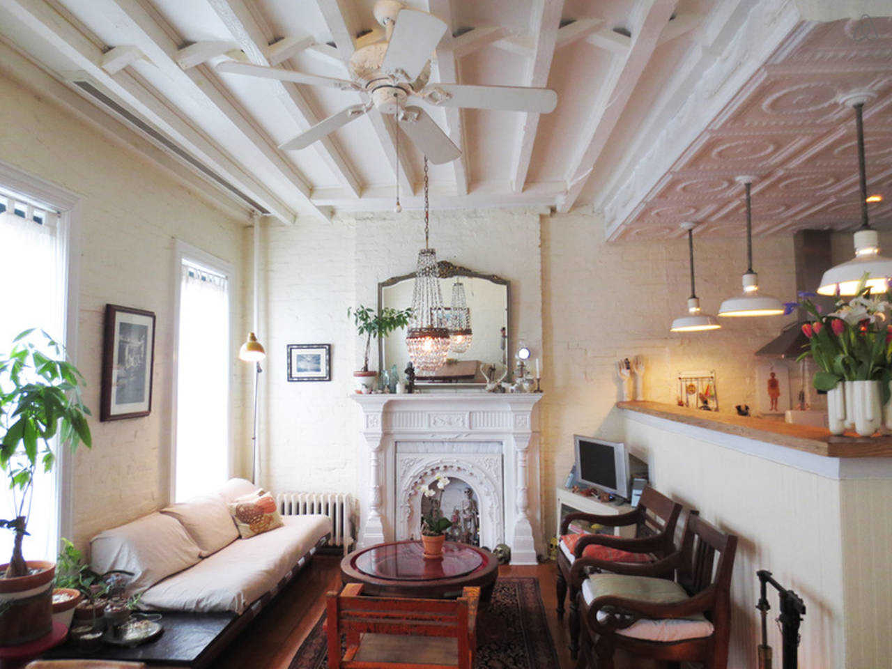 high ceilings in the vintage style living room